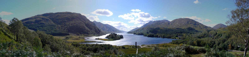 Panorama do monumento de Glenfinnan, montanhas escocesas fotografia de stock royalty free