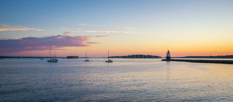 Panorama do nascer do sol do ponto Ledge Lighthouse da mola e de um porto fotografia de stock royalty free