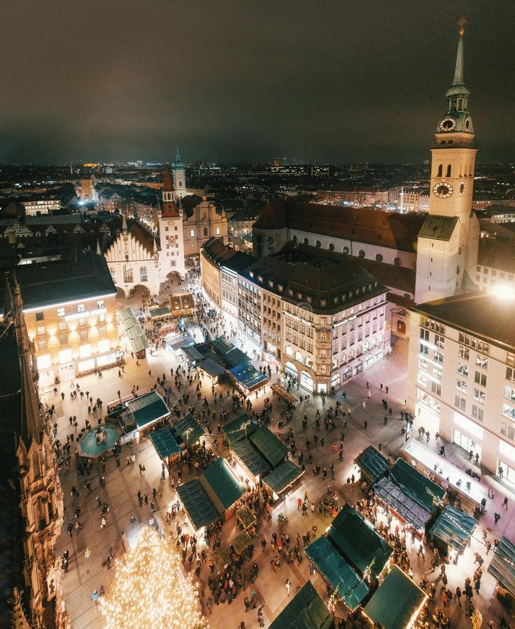 Panorama do Natal de Marienplatz na noite, Munich fotos de stock