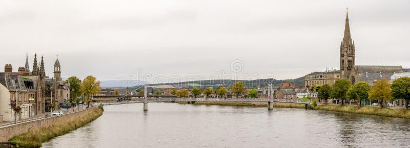 Panorama do Ness do rio na estação do outono, Inverness, Escócia imagens de stock