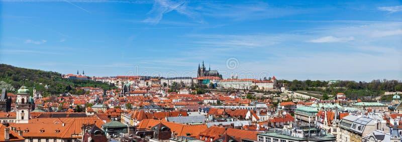 Panorama do olhar fixo Mesto (cidade velha) e e St Vit imagens de stock