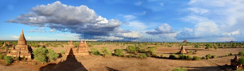 Panorama do pagode em Bagan Archaeological Zone em Myanmar imagem de stock royalty free