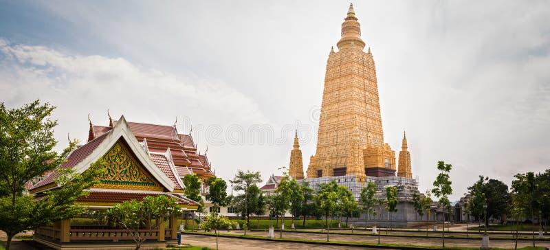 Panorama do pagode no templo de Mahatad Vachiramongkol, Krabi, tailandês fotos de stock royalty free