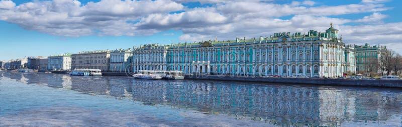 Panorama do palácio do inverno em St Petersburg imagem de stock royalty free