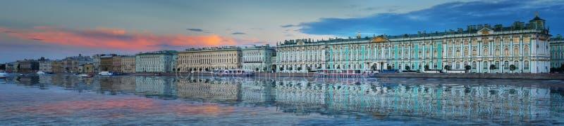 Panorama do palácio do inverno e do eremitério no por do sol do crepúsculo em St Petersburg foto de stock royalty free