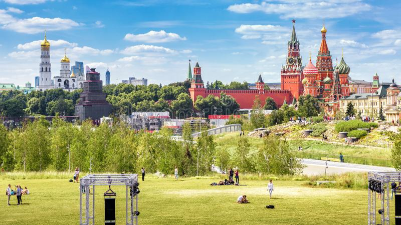 Panorama do parque de Zaryadye que negligencia o Kremlin de Moscou, Rússia foto de stock royalty free