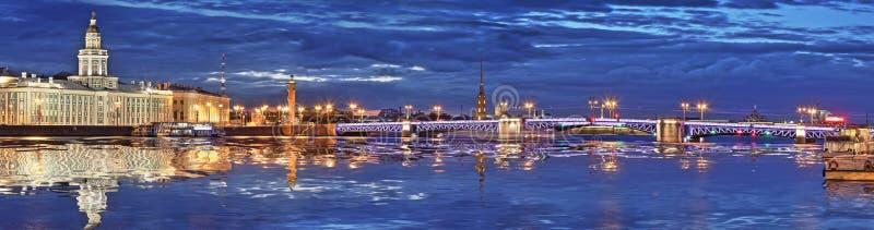 Panorama do Peter e do Paul Fortress e da ponte do palácio no St fotografia de stock royalty free