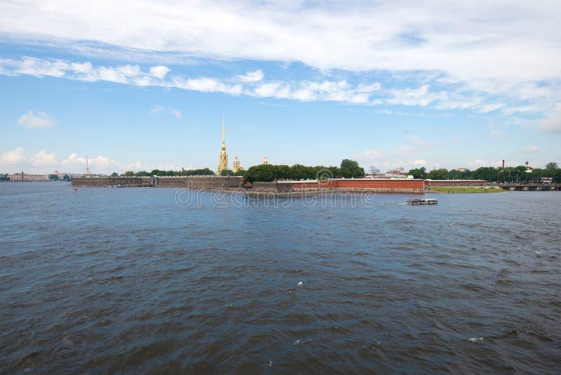 Panorama do Peter e do Paul Fortress em um dia nebuloso de julho St Petersburg, Rússia foto de stock royalty free