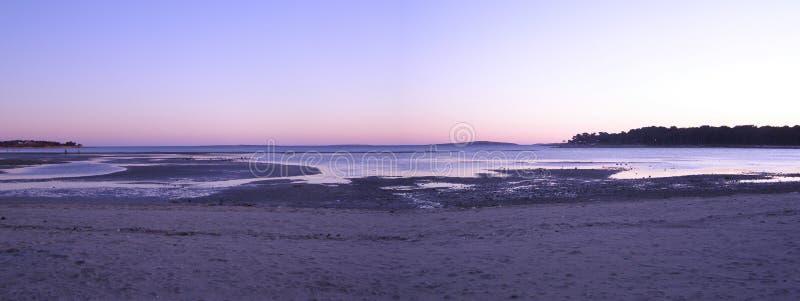 Panorama do por do sol da praia imagem de stock