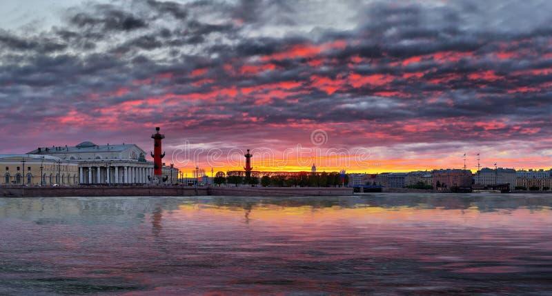 Panorama do por do sol sobre o rio Neva em St Petersburg imagem de stock royalty free