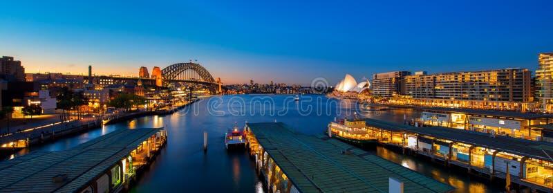 Panorama do porto e da ponte de Sydney na cidade de Sydney imagem de stock