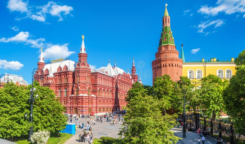 Panorama do quadrado de Manezhnaya pelo Kremlin no verão, Rússia de Moscou imagens de stock royalty free