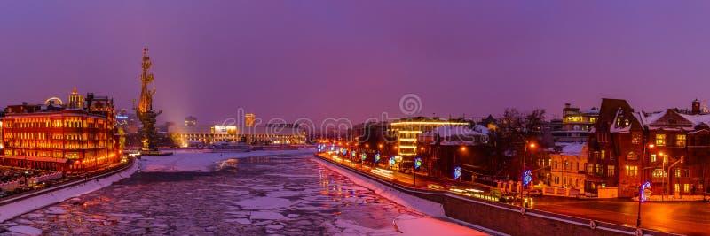 Panorama do rio de Moscou no inverno fotos de stock royalty free
