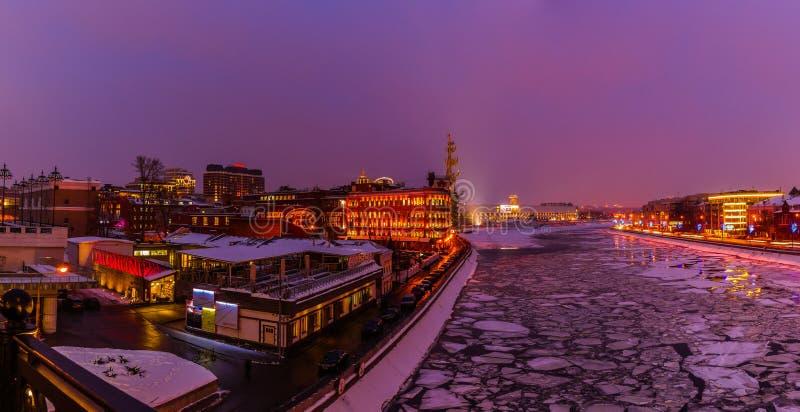Panorama do rio de Moscou no inverno fotografia de stock royalty free