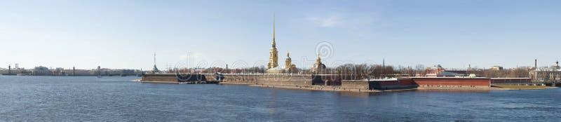 Panorama do rio de Neva e da fortaleza de Peter e de Paul St Petersburg, R?ssia imagem de stock royalty free