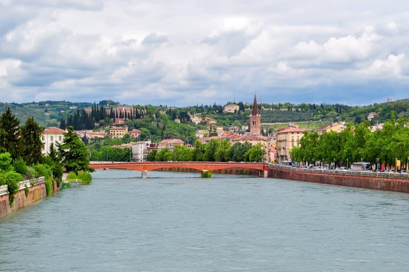Panorama do rio de Verona e de Adige, Itália imagem de stock
