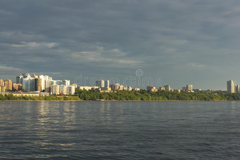 Panorama do Samara e da terraplenagem da cidade Vista do Rio Volga imagem de stock