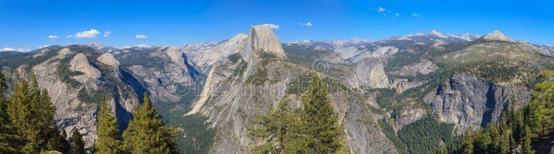 Panorama do vale de Yosemite com meia abóbada foto de stock royalty free
