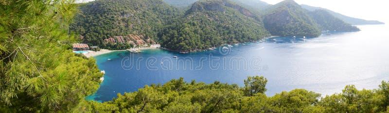 Panorama dos iate no cais e na praia fotografia de stock royalty free