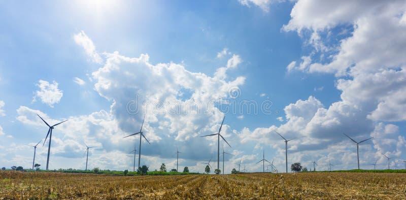 Panorama dos muitos turbina eólica no prado fotos de stock