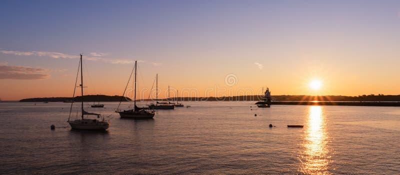 Panorama dos veleiros e do ponto Ledge Lighthouse da mola imagem de stock royalty free