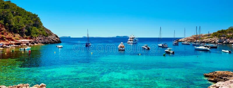 Panorama dos veleiros na lagoa de Cala Salada fotografia de stock