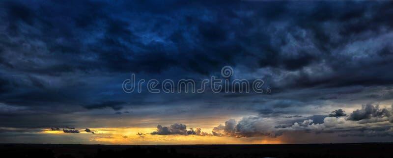 Panorama dramático de la puesta del sol fotos de archivo libres de regalías
