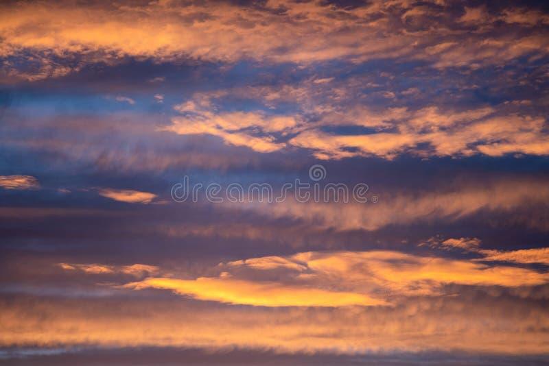 Panorama dramatique de ciel de coucher du soleil avec brûler le fond coloré de nuages Contexte idyllique de cloudscape à l'aube P photographie stock