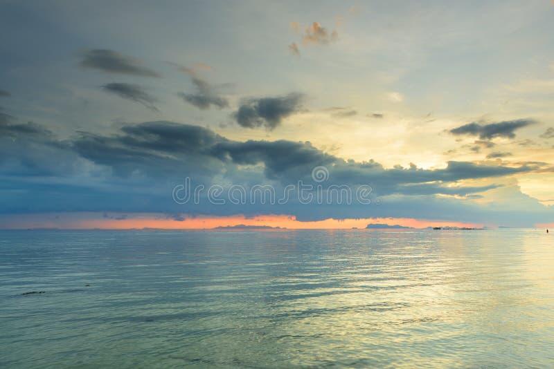 Panorama- dramatisk solnedgånghimmel och tropisk havsbakgrund, utrymme för text royaltyfria foton