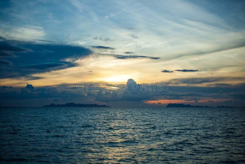 Panorama- dramatisk solnedgånghimmel och tropiskt hav på arkivbild