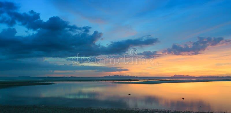 Panorama- dramatisk tropisk solnedgånghimmel och hav royaltyfri fotografi