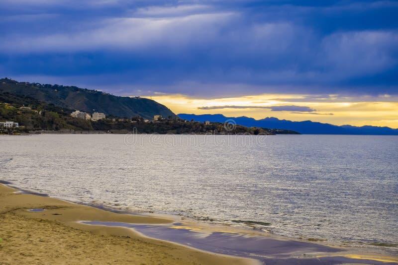 Panorama- dramatisk tropisk solnedgånghimmel och hav på skymning fotografering för bildbyråer