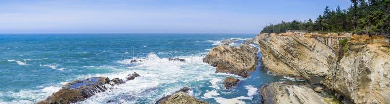 Panorama dramatyczna linia brzegowa z dziwacznymi rockowymi formacjami obrazy royalty free