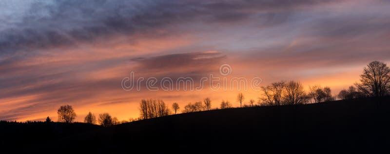 Panorama drammatico di Cloudscape di alba sopra la foresta immagini stock