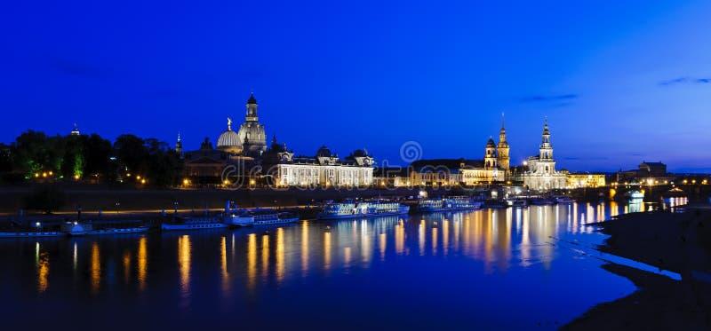 Panorama Dresda alla notte fotografie stock libere da diritti