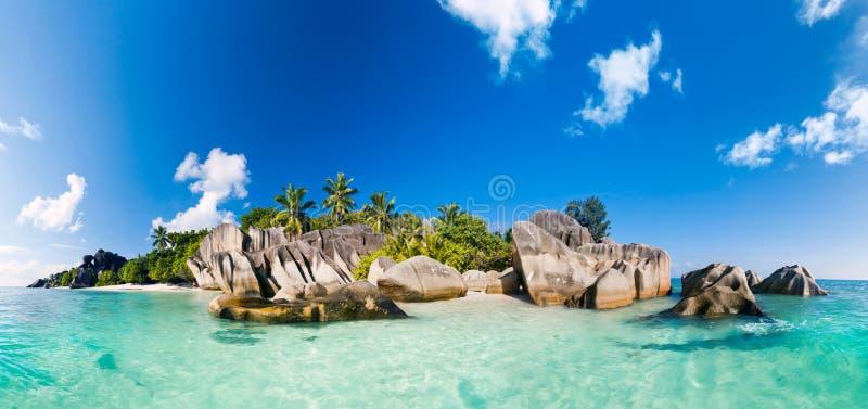 Panorama du ` de la source d d'Anse argenté - échouez sur la La Digue en Seychelles image stock