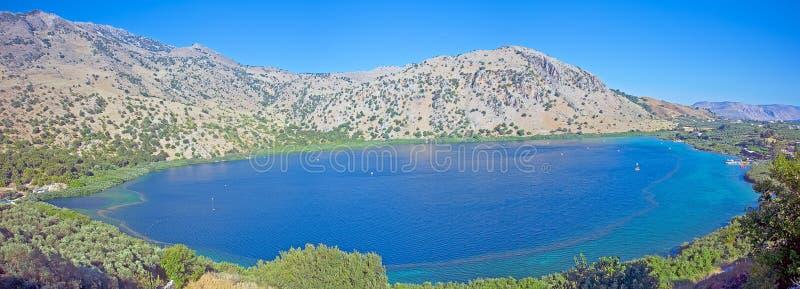 Panorama du lac Kournas, Crète< Greece=''></t26150367>  <d26150367><p>Panorama du plus grand lac Kournas d'eau doux de Crète, Grèc photographie stock libre de droits