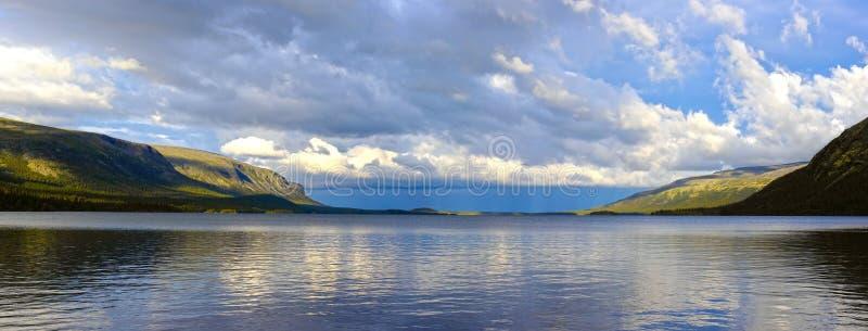 Panorama du lac Seydyavr derrière le cercle arctique sur Kola Peninsula photo stock