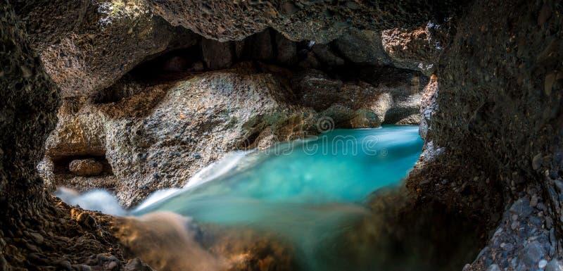 Panorama du lac souterrain dans une caverne de couleur bleue lumineuse image libre de droits