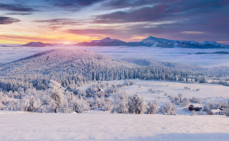 Panorama du lever de soleil brumeux d'hiver dans le village de montagne photos libres de droits