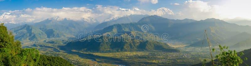Panorama du massif d'Annapurna et de la vallée de Pokhara, Himalaya, photographie stock libre de droits
