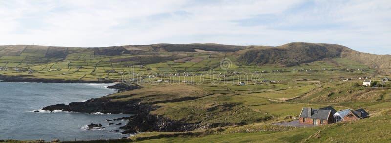 Panorama du paysage côtier renversant près de la baie de St Finian image stock