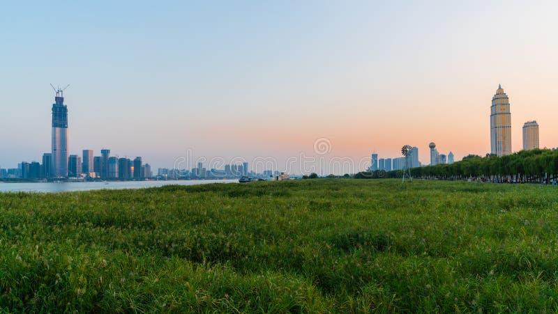 Panorama du paysage urbain de Wuhan au coucher du soleil avec des Di de Wuchang et de Hankou images libres de droits