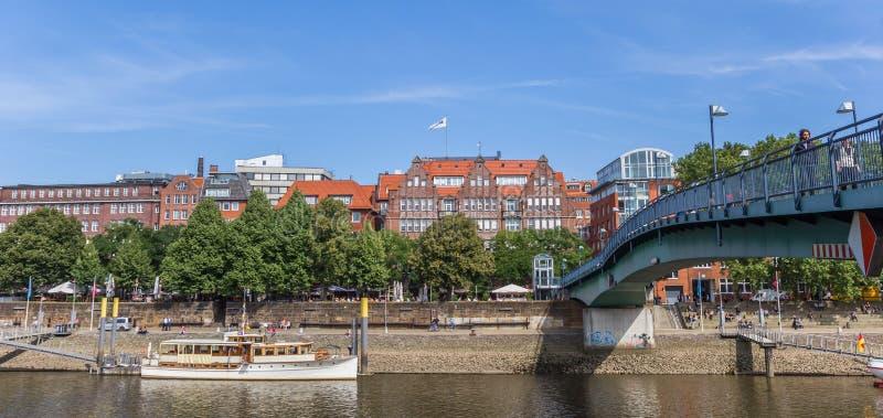 Panorama du pont en acier au-dessus de la rivière Weser à Brême photographie stock libre de droits