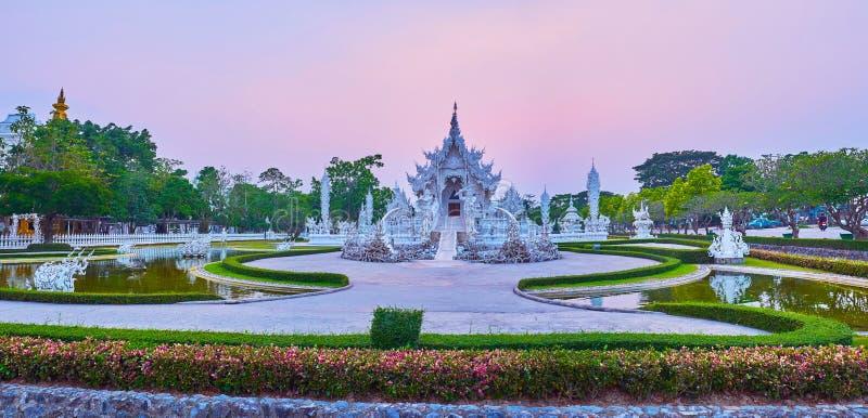 Panorama du temple blanc dans la soirée, Chiang Rai, Thaïlande photographie stock