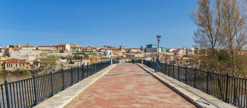 Panorama du vieux pont de Puente de Piedra à Zamora images stock