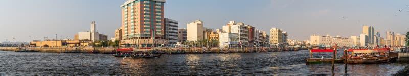 Panorama Dubai Creek z rzeką, tradycyjnymi taksówkami i budynkami, Zjednoczone Emiraty Arabskie obraz stock