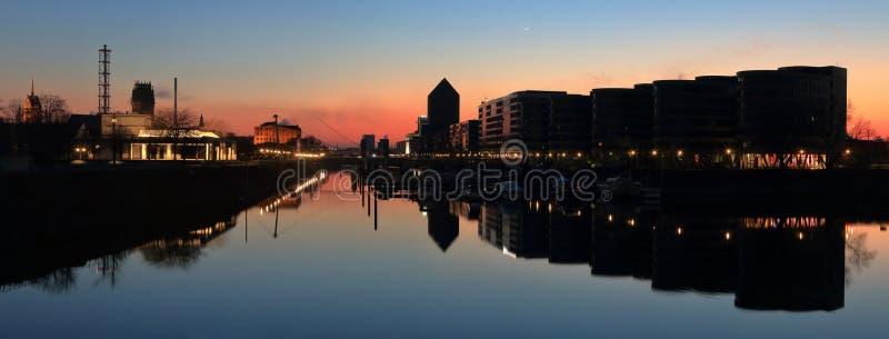 Panorama Duisburg Innenhafen abends zur blauen Stunde lizenzfreies stockbild