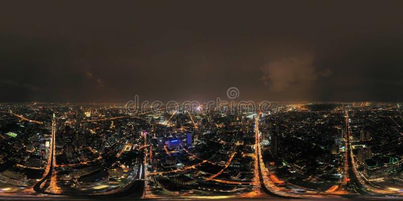 Panorama 360 durch 180 Grad angeln nahtlose Panoramaansicht von Sathorn-Schnitt oder von Kreuzung mit Autoverkehr, Bangkok in die lizenzfreies stockfoto