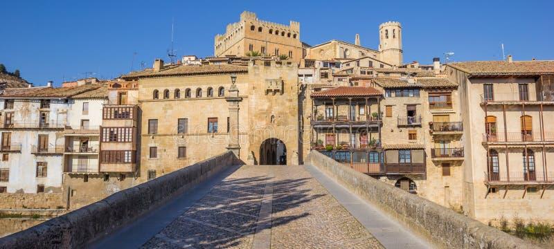 Panorama dziejowy bridżowy prowadzić średniowieczny miasto o obrazy stock